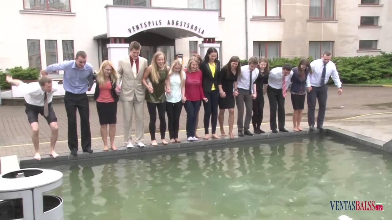 Pēc bakalaura aizstāvēšanas studenti atvēsinās strūklakā
