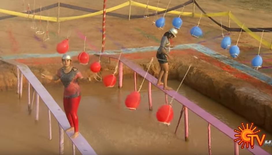 Nasse Gameshow: Mädels laufen über einen Steg, werden nassgespritzt und versuchen, nicht herunterzufallen